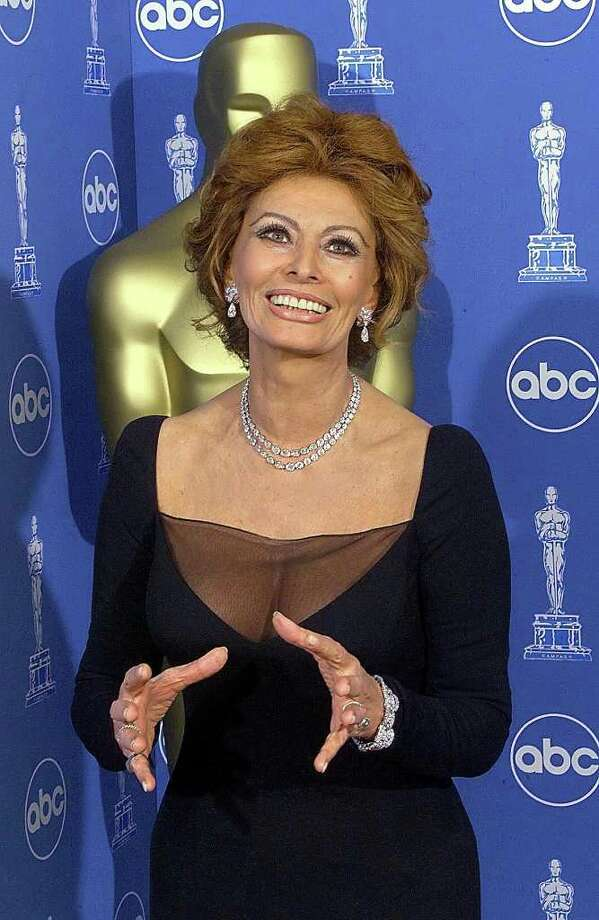 juliecooper LOS ANGELES, UNITED STATES:  Italian actress and Oscar presenter Sophia Loren poses for photographers 21 March 1999 at the Dorothy Chandler Pavilion in Los Angeles during the 71st Annual Academy Awards.   (ELECTRONIC IMAGE)    AFP PHOTO/Hector MATA Photo: HECTOR MATA, AFP/Getty Images / AFP