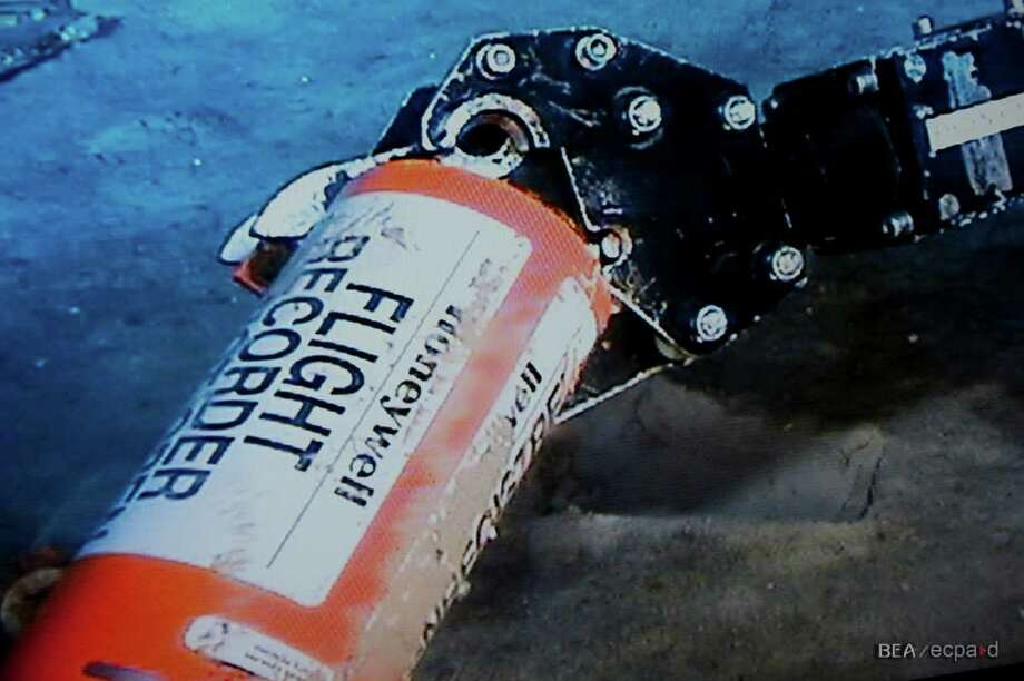 An unmanned submarine holds the data module from flight data recorder from Air France Flight 447. Photo: Bureau D'Enquêtes Et D'Analyses