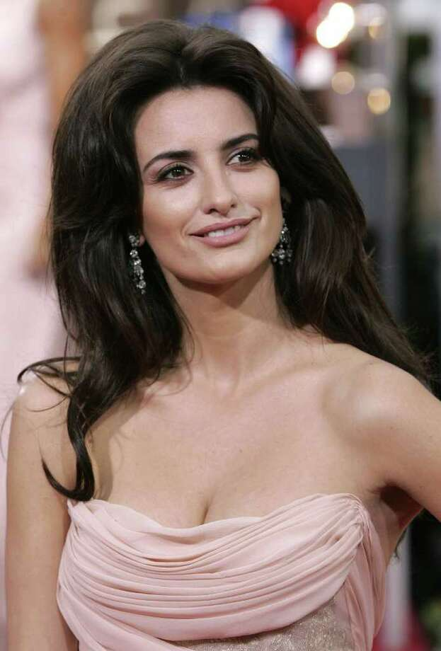 Spanish actress Penelope Cruz arrives at the 63rd Annual Golden Globe Awards in Beverly Hills, California January 16, 2006.  REUTERS/Mario Anzuoni Photo: MARIO ANZUONI, REUTERS / X90045