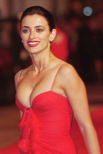 Spanish actress Penelope Cruz arrives to attend the British premiere of her boyfriend Tom Cruise's l