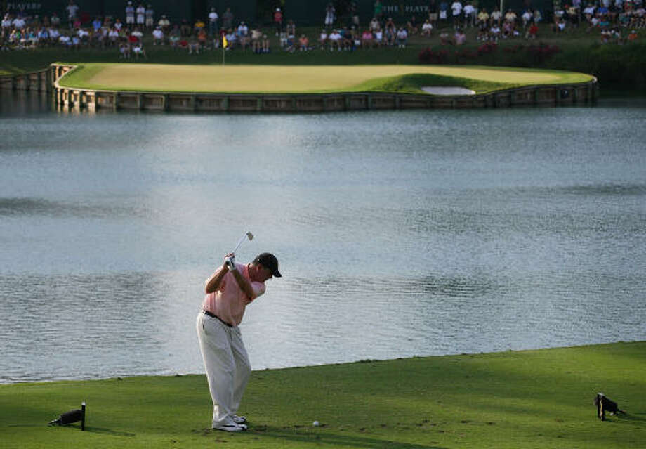 An ample amount of water turns a shot of a mere 137 yards on the 17th hole into a test. Photo: Andy Lyons, Getty Images