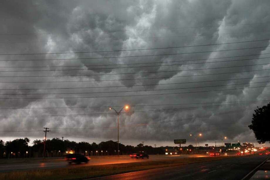 METRO -- as thunderstorms hits the San Antonio area, Thursday, May 12, 2011. JERRY LARA/glara@express-news.net Photo: JERRY LARA, San Antonio Express-News / SAN ANTONIO EXPRESS-NEWS