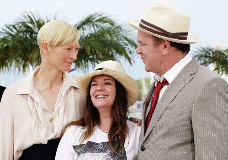 (L-R) Actors Tilda Swinton, Lynne Ramsay and John C. Reilly attend the 'We Need To Talk About Kevin' photocall during the 64th Annual Cannes Film Festival at the Palais des Festivals on May 12, 2011 in Cannes, France.  (Photo by Andreas Rentz/Getty Images) *** Local Caption *** Tilda Swinton;Lynne Ramsay and John C. Reilly; Photo: Getty Images