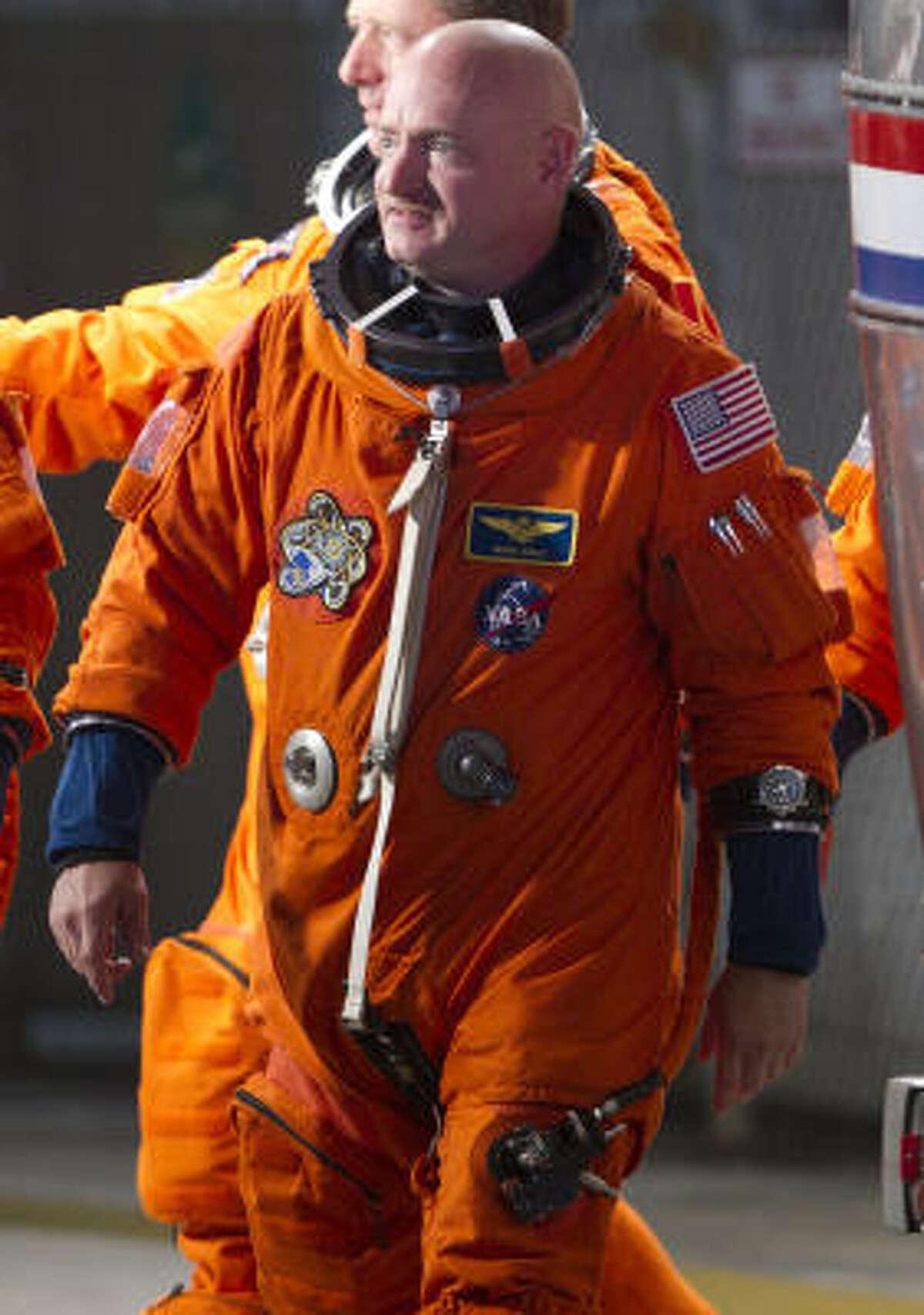 The commander heads for the orbiter.