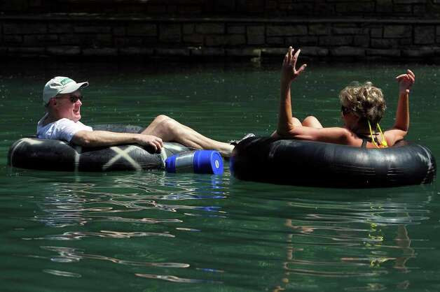 A couple tubers enjoy the Comal River on Friday, May 28, 2010.  Tom Reel/Staff Photo: TOM REEL, SAN ANTONIO EXPRESS-NEWS / © 2010 San Antonio Express-News