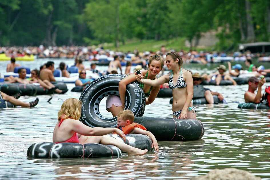 METRO    Despite cloudy skies and low water level, tubers pack into the horse shoe area of the Guadalupe River near Sattler Saturday. May 23, 2009.   Tom Reel/Staff