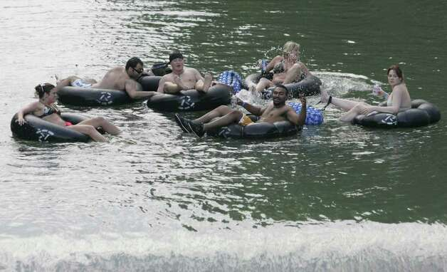 (For 210SA) Tubers enjoy the Guadalupe River in New Braunfels, Texas on Saturday, May 19, 2007.  (ALICIA WAGNER CALZADA/ SPECIAL TO 210SA) Photo: ALICIA WAGNER CALZADA, SPECIAL TO THE EXPRESS-NEWS / Alicia Wagner Calzada