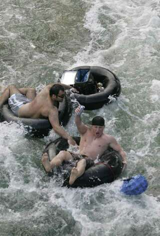 Tubers enjoy the Guadalupe River in New Braunfels, Texas on Saturday, May 19, 2007.  Photo: ALICIA WAGNER CALZADA, SPECIAL TO THE EXPRESS-NEWS / Alicia Wagner Calzada