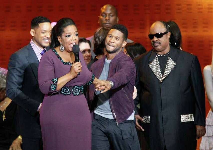 ** ADDS NAMES OF PEOPLE AROUND WINFREY ** Oprah Winfrey acknowledges fans as she is surrounded by stars during a star-studded double-taping of