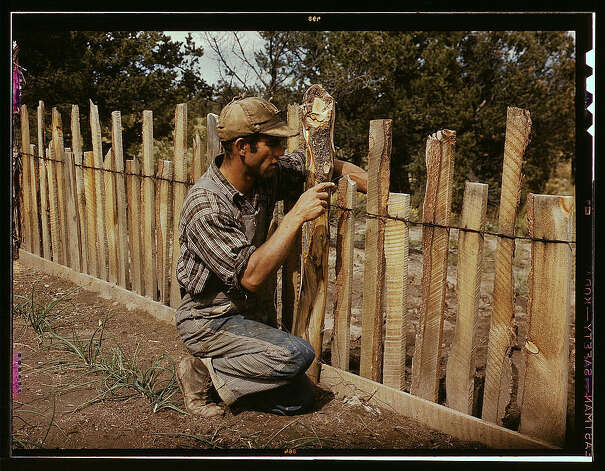Jack Whinery, homesteader, repairing fence which he built with slabs, Pie Town, New Mexico. Sept. 1940. (LOC) Photo: Library Of Congress 1940s Color Photo Collection / No known restrictions on publication