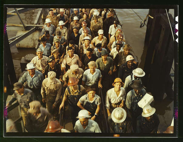 Workers leaving Pennsylvania shipyards, Beaumont, Texas. June 1943. (LOC) Photo: Library Of Congress 1940s Color Photo Collection / No known restrictions on publication