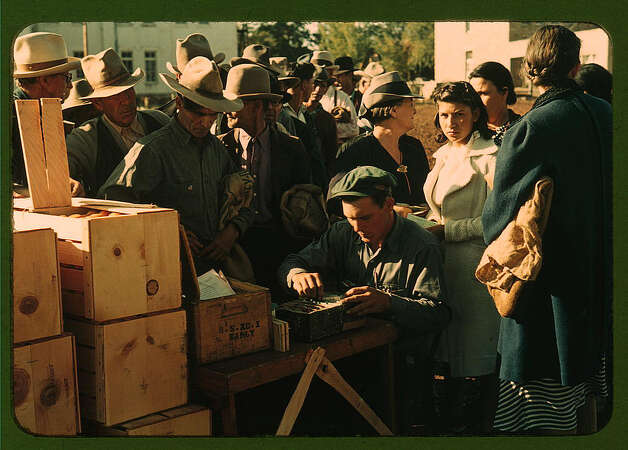 Distributing surplus commodities, St. Johns, Ariz. Oct. 1940. (LOC) Photo: Library Of Congress 1940s Color Photo Collection / No known restrictions on publication