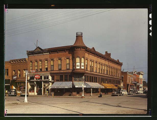 Street corner, Dillon, Mont. Aug. 1942. (LOC) Photo: Library Of Congress 1940s Color Photo Collection / No known restrictions on publication