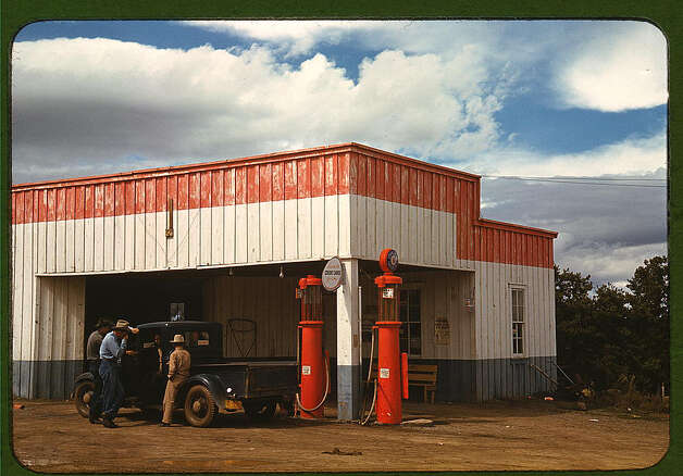 Filling station and garage at Pie Town, New Mexico. Oct. 1940. (LOC) Photo: Library Of Congress 1940s Color Photo Collection / No known restrictions on publication
