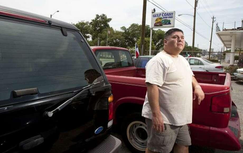 Mark Anthony Rodríguez, dueño de la tienda de autos de segunda mano Gulf Coast Used Cars  tuvo que reducir su superficie y asegura haber perdido un 40 por ciento de su negocio por la construcción de la línea. Photo: Nick De La Torre, La Voz