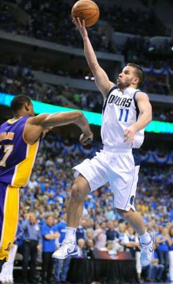 Andrew Bynum se dispone a golpear a Barea en el cuarto juego de las serie entre los Mavs y los Lakers. Photo: Wally Skalij, McClatchy-Tribune News Service