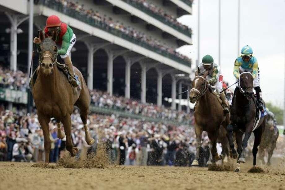 El puertorriqueño John Velázquez y Animal Kingdom se encaminan hacia la victoria en la edición número 137 del Kentucky Derby, el sábado 7 de mayo, en Churchill Downs, Louisville. Photo: David J. Phillip, AP