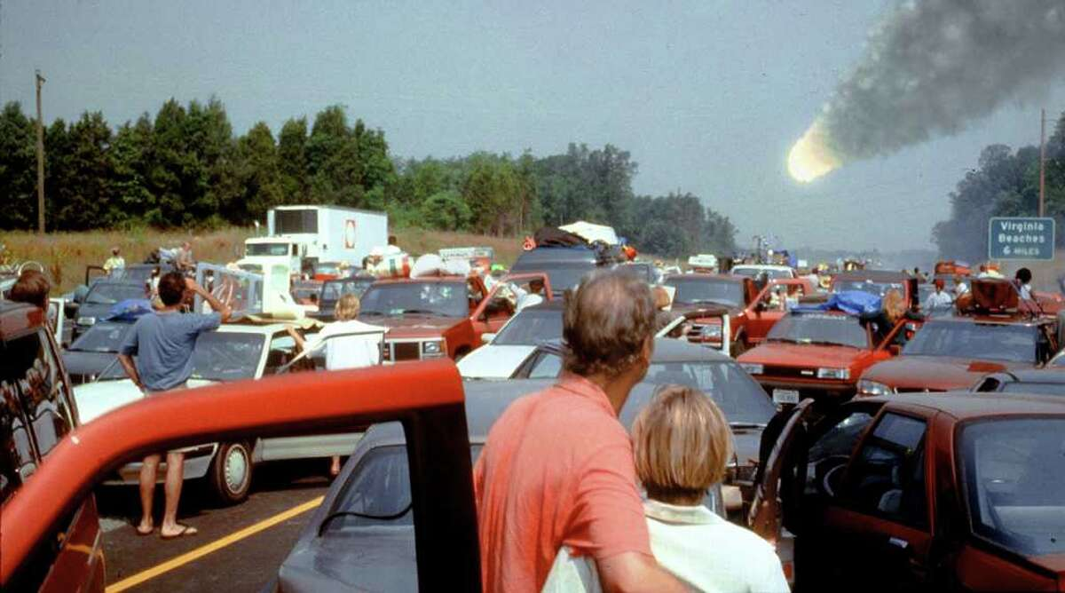 """A comet collision threatens life on Earth in """"Deep Impact"""" (1998)."""