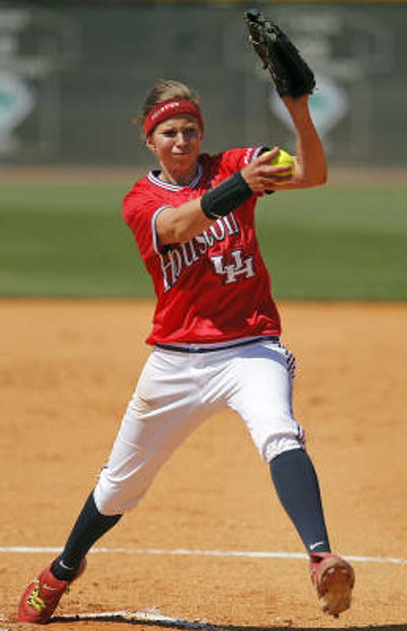 UH pitcher Amanda Crabtree surrendered one hit and two runs in 4 2⁄3 innings on Friday. Photo: Cody Duty, Chronicle