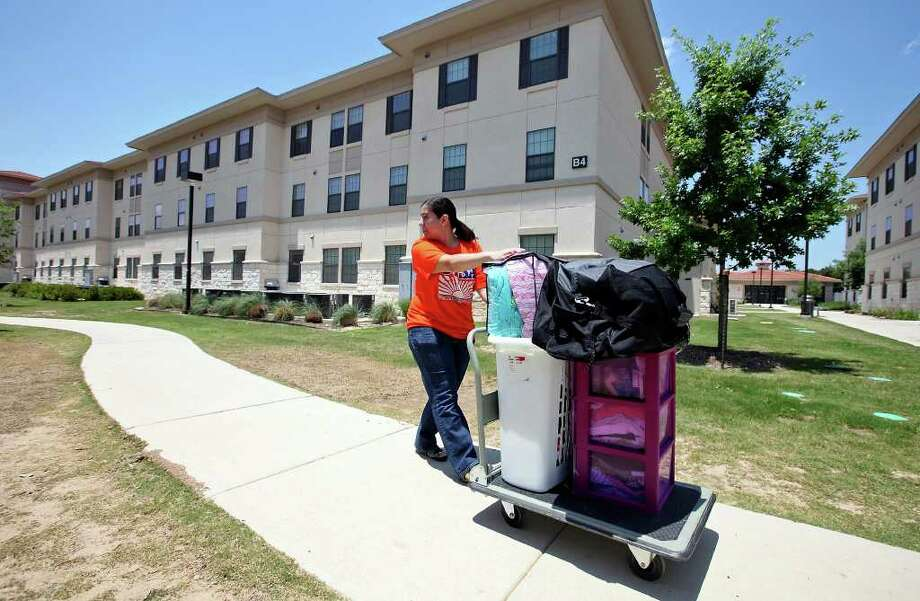 UTSA senior Denisse Perez, 21, moves items to her new dorm room at the campus' Chaparral Village this month. Photo: Edward A. Ornelas/Express-News / SAN ANTONIO EXPRESS-NEWS (NFS)