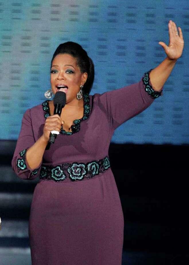 """Oprah Winfrey en una fotografía de archivo del 17 de mayo de 2011 durante la grabación del programa """"Surprise Oprah! A Farewell Spectacular"""", en Chicago. """"The Oprah Winfrey Show"""" termina de transmitirse el 25 de mayo, después de 25 años. (Foto AP/Charles Rex Arbogast, Archivo) Photo: Charles Rex Arbogast, STF -end- / AP"""