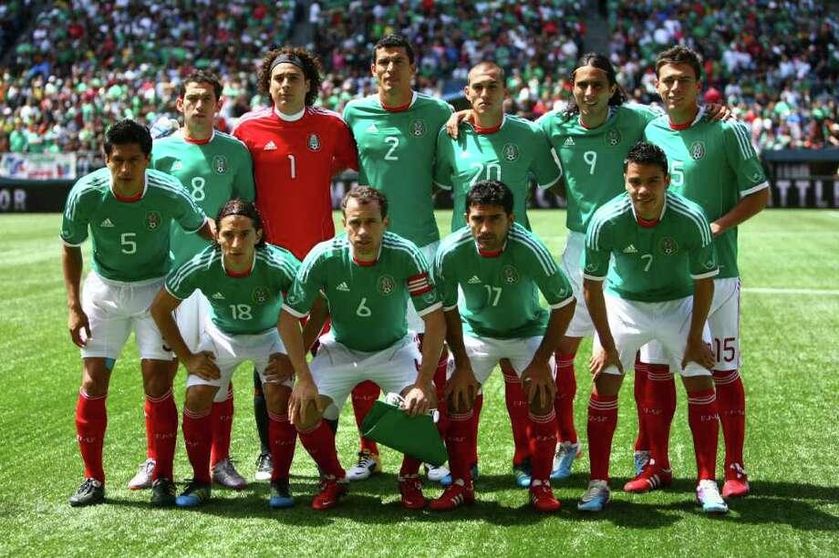 The Mexican national team poses before the match against  Ecuador. Photo: JOSHUA TRUJILLO / SEATTLEPI.COM