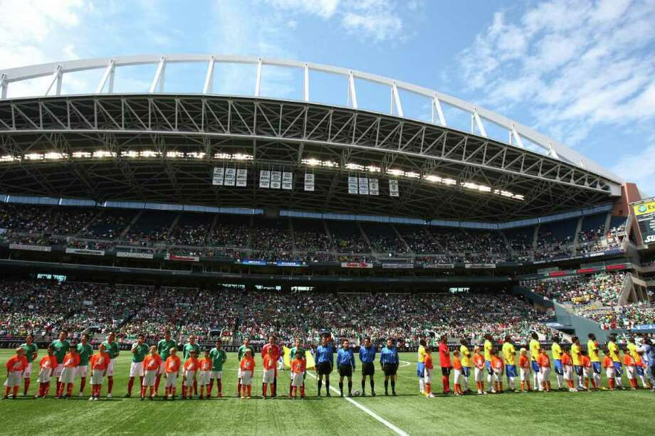 Mexico players and Ecuador players stand on the pitch before the friendly match. Photo: JOSHUA TRUJILLO / SEATTLEPI.COM