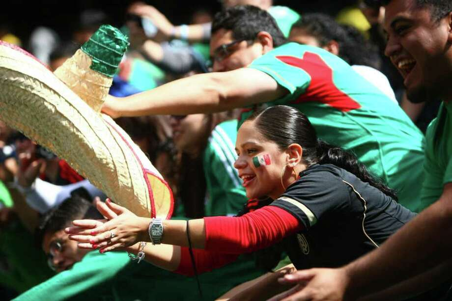 Fans try to get autographs after the match between Mexico and Ecuador. Photo: JOSHUA TRUJILLO / SEATTLEPI.COM