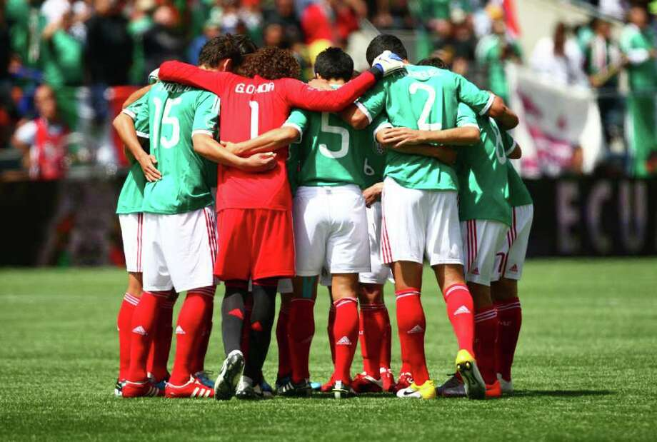 Mexico players gather during a match against Ecuador. Photo: JOSHUA TRUJILLO / SEATTLEPI.COM