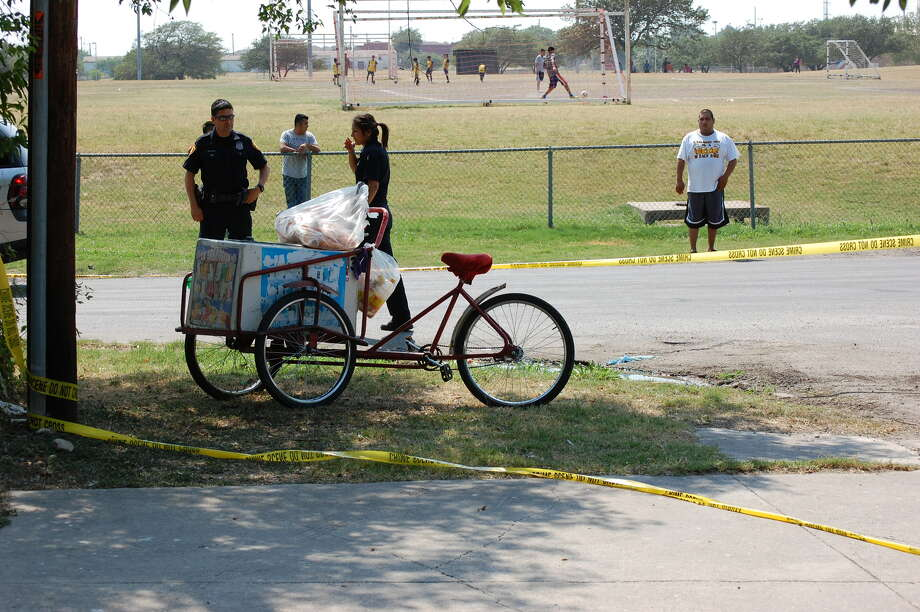A paleta vendor was shot in the leg when he tried to defend himself against a robber Sunday afternoon.