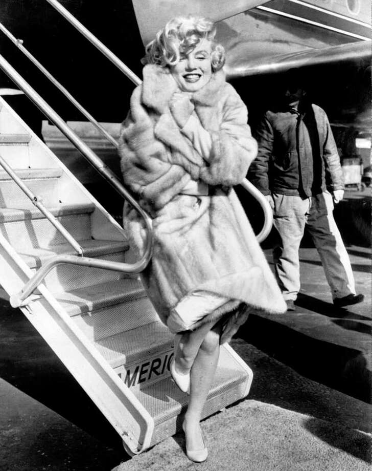 "Monroe poses in 1959 for photographers at La Guardia Airport, in New York, before flying to Chicago, for the presentation ""Some like it hot."" Photo: STR, AFP/Getty Images / AFP"