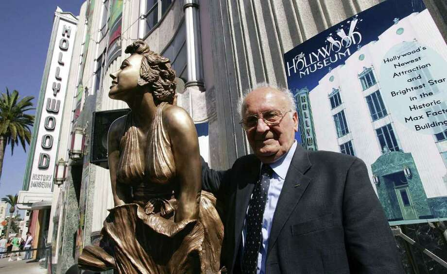 Sculptor Dominico Neri unveils his Monroe statue at the Hollywood Walk of Fame on October 26, 2006 in Hollywood, California. Photo: Mark Mainz, Getty Images / 2006 Getty Images