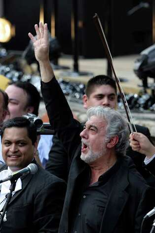 World renowned tenor Placido Domingo displays the four for four titles as the San Antonio Spurs their latest NBA Championship title on Sunday, June, 17, 2007.  Domingo, in the city for a concert this week, sang the National Anthem. ( JERRY LARA STAFF ) Photo: JERRY LARA, SAN ANTONIO EXPRESS-NEWS / SAN ANTONIO EXPRESS-NEWS