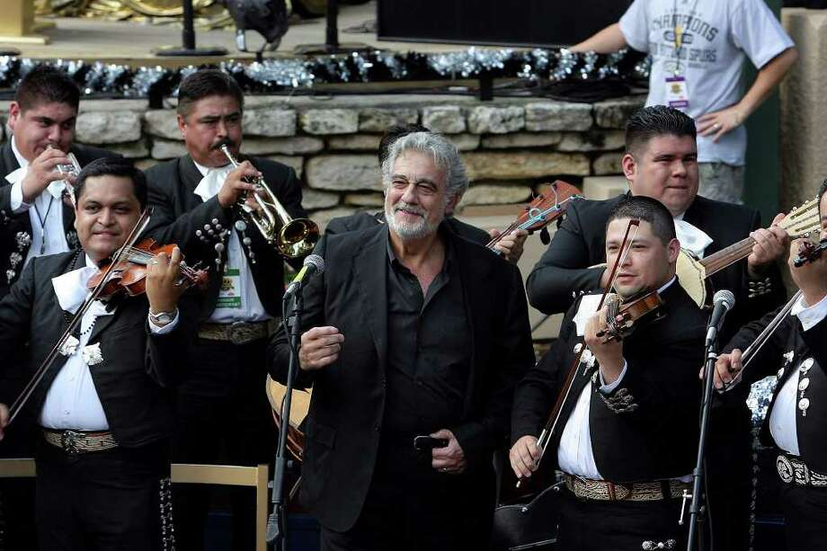 World renowned tenor Placido Domingo smiles after singing the National Anthem at the start of the San Antonio Spurs parade down the Riverwalk in celebration of their fourth NBA Championship title on Sunday, June, 17, 2007.  ( JERRY LARA STAFF ) Photo: JERRY LARA, SAN ANTONIO EXPRESS-NEWS / SAN ANTONIO EXPRESS-NEWS