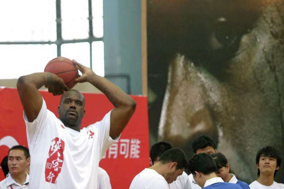 NBA star Shaquille O'Neal shoots a basket during a promotion event in Shanghai, August 18, 2006. Picture taken August 18, 2006.  CHINA OUT REUTERS/Stringer (CHINA) Photo: STRINGER SHANGHAI, REUTERS / X01984