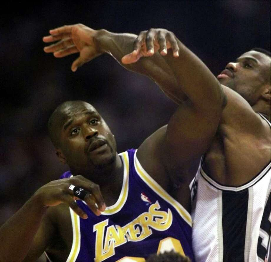 SPURS DAVID ROBINSON AND SHAQUILLE O'NEAL BATTLE FOR POSTION FIRST QUARTER.(kin man hui/staff)