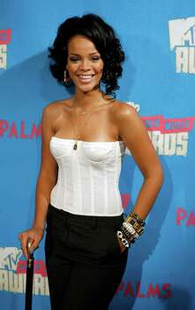 "Recording artist Rihanna poses after a Video Music Awards nomination special ""TRL"" show at the MTV studios in New York August 7, 2007.   REUTERS/Lucas Jackson  (UNITED STATES) Photo: LUCAS JACKSON, REUTERS / X90066"