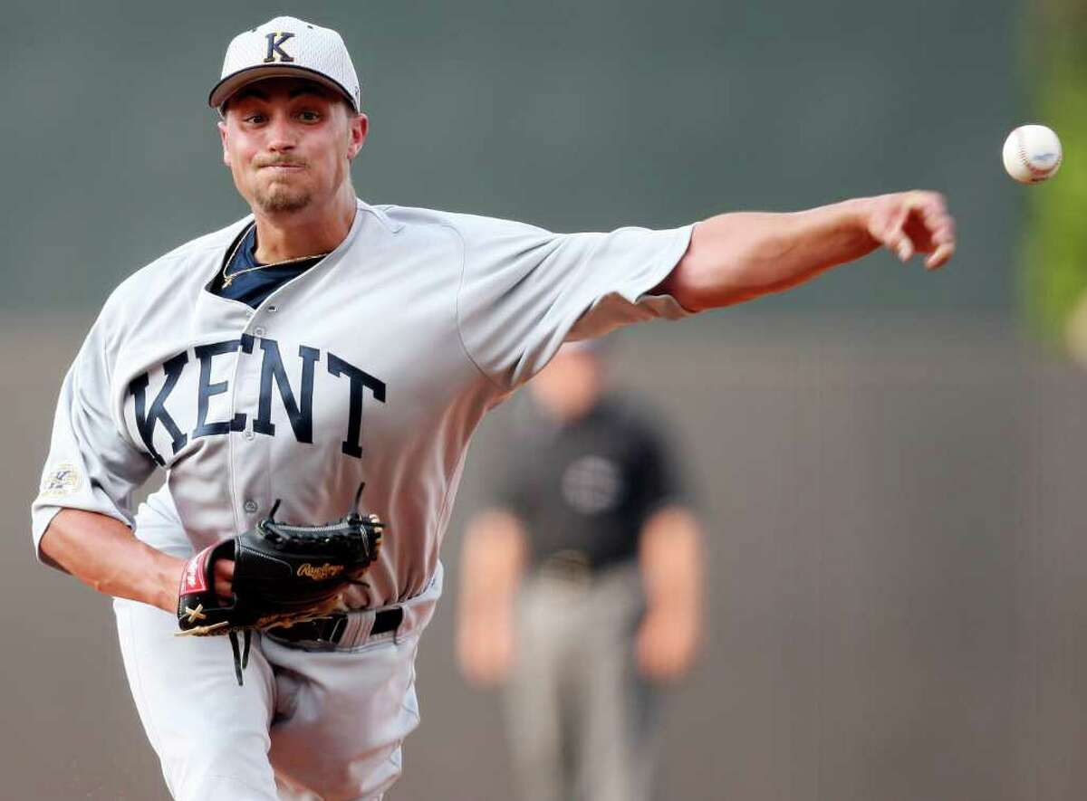 Kent State's David Starn pitches.