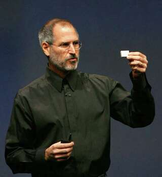 Apple Chief Executive Steve Jobs introduces a smaller iPod Shuffle music device to the crowd at an Apple media event at the Yerba Buena Center of the Arts theater in San Francisco, California, September 12, 2006.     REUTERS/Dino Vournas (UNITED STATES) Photo: DINO VOURNAS, REUTERS / X01837