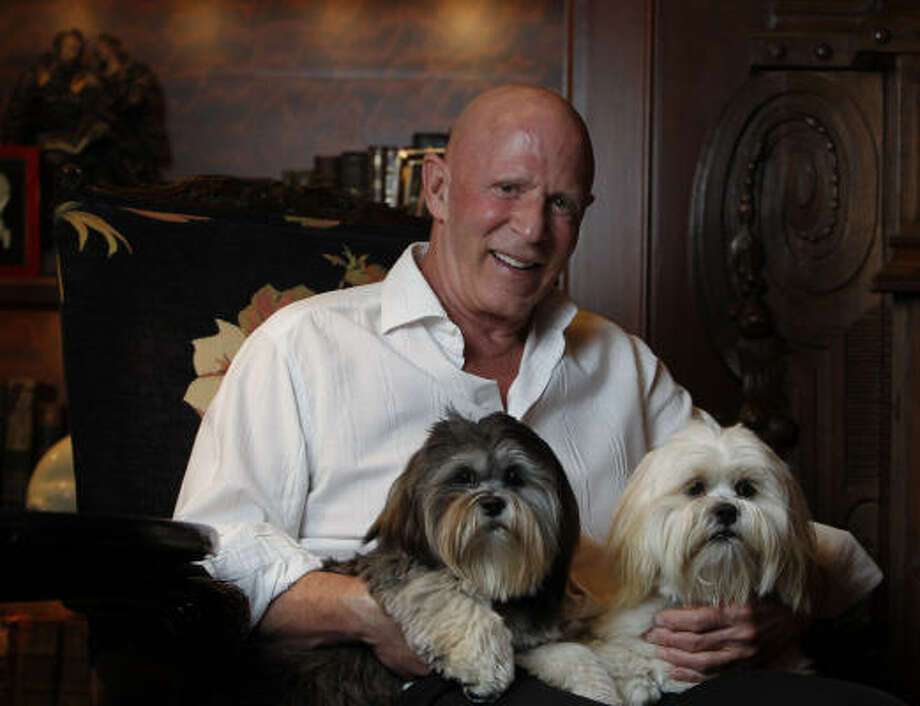 Oilman Lester Smith, with Coco, left, and Peaches, right, recently gave $15 million toward the creation of a cancer clinic. Photo: Karen Warren, Houston Chronicle