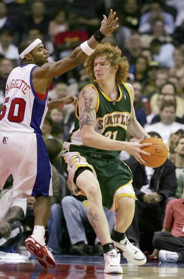 Robert Swift #31 of the Seattle SuperSonics looks to pass against Corey Maggette #50 of the Los Angeles Clippers on October 21, 2006 at Staples Center in Los Angeles. Photo: Lisa Blumenfeld, Getty Images / 2006 Getty Images