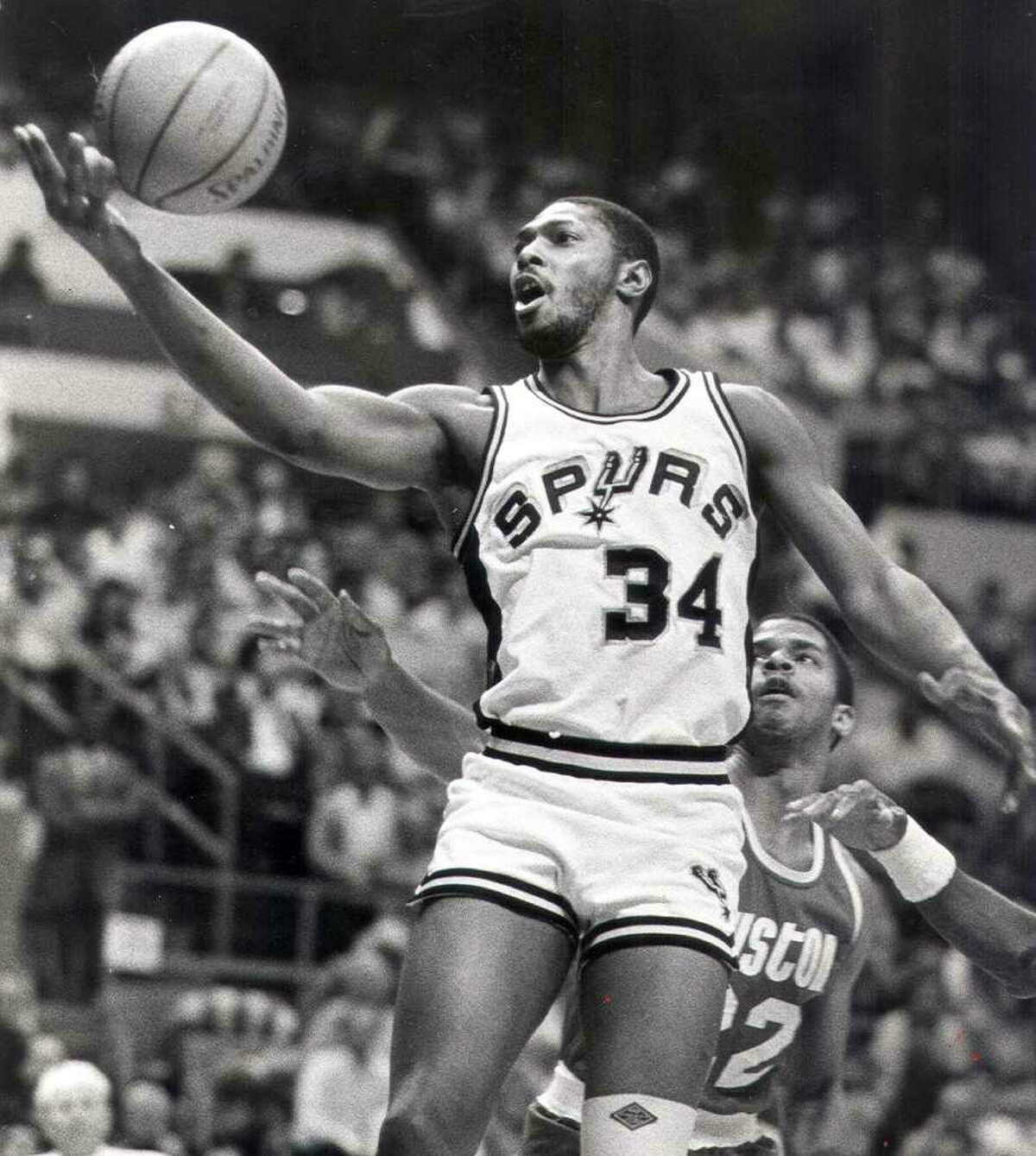 Mike Mitchell of the San Antonio Spurs drives to the hoop in a 1986 game vs. the Houston Rockets.