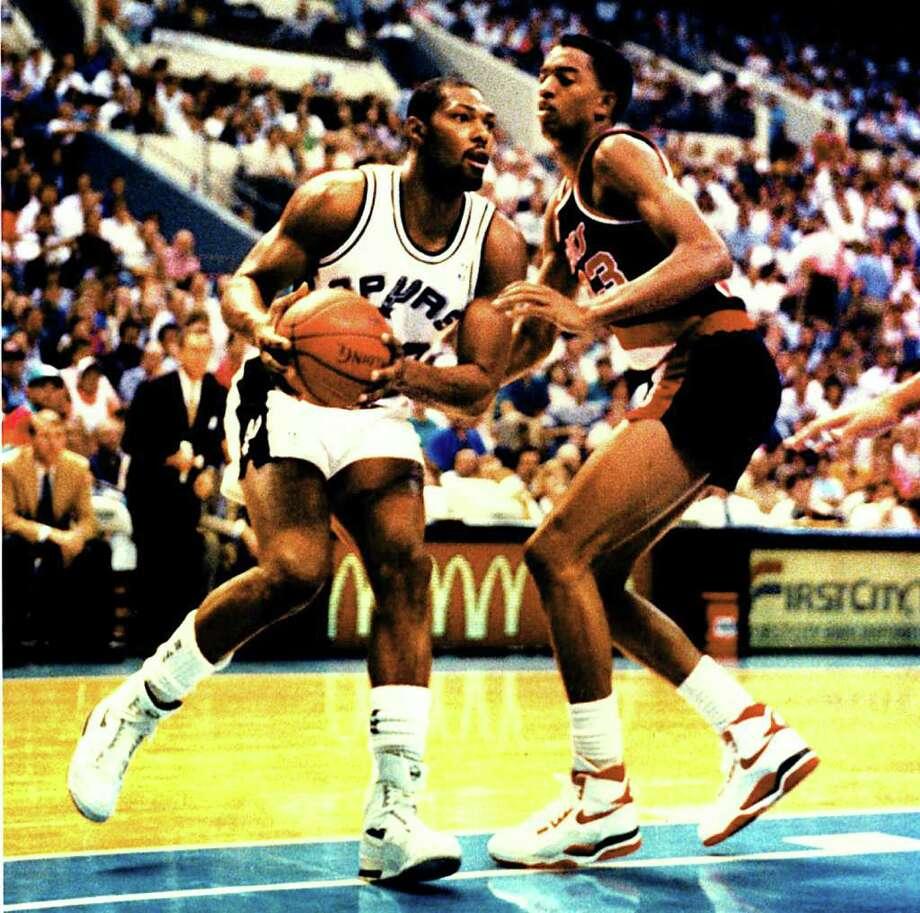 Spurs Mike Mitchell plays against Portland in the 1990 NBA  playoffs in San Antonio. SAN ANTONIO EXPRESS-NEWS FILE PHOTO Photo: TOM REEL, SAN ANTONIO EXPRESS-NEWS / SAN ANTONIO EXPRESS-NEWS