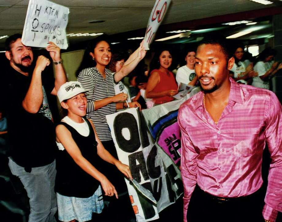 Spurs Mike Mitchell walks by a greeting crowd to board a flight at San Antonio Airport. May 18, 1990 SAN ANTONIO EXPRESS-NEWS FILE PHOTO Photo: JOE BARRERA JR, SAN ANTONIO EXPRESS-NEWS / SAN ANTONIO EXPRESS-NEWS