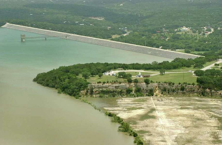 Marcus Schimank of the Army Corps of Engineers said the corps isn't aware of any problems at Canyon Dam. Photo: Express-News File Photo / SAN ANTONIO EXPRESS-NEWS
