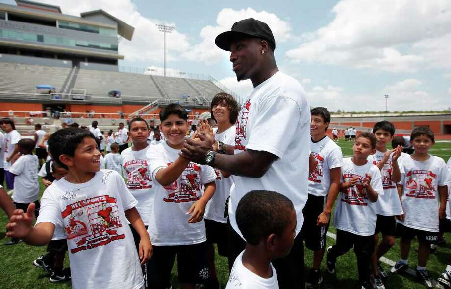 Former Texas Longhorn and current linebacker for the Baltimore Ravens Sergio Kindle greets kids a youth football camp at Heroes Stadium hosted by B.T.L. Sports for their 6th Annual NFL Charity Celebrity Weekend. About 200 kids participated in drills and instruction by professional football players like Kindle. Kin Man Hui/kmhui@express-news.net / kmhui@express-news.net