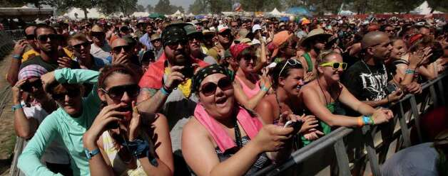 Music fans gather to hear Amos Lee during the Bonnaroo Music and Arts Festival in Manchester, Tenn., Sunday, June 12, 2011. Photo: AP