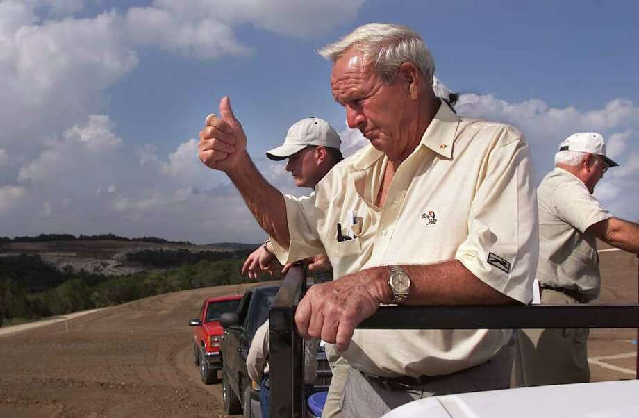 Arnold Palmer approves the construction of his course at La Cantera back in March 2000. Photo: Kin Man Hui/khui@express-news.net / en