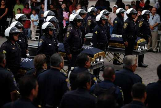 Police officers carry coffins containing the bodies of coworkers Gabriel Pacheco, Fernando Silva and Catarino Valdeza during a funeral ceremony in Tijuana, Friday, Oct. 2, 2009. The three officials were killed and other four were injured during a shooting with gunmen on Sept. 30 on the border with California. Photo: AP