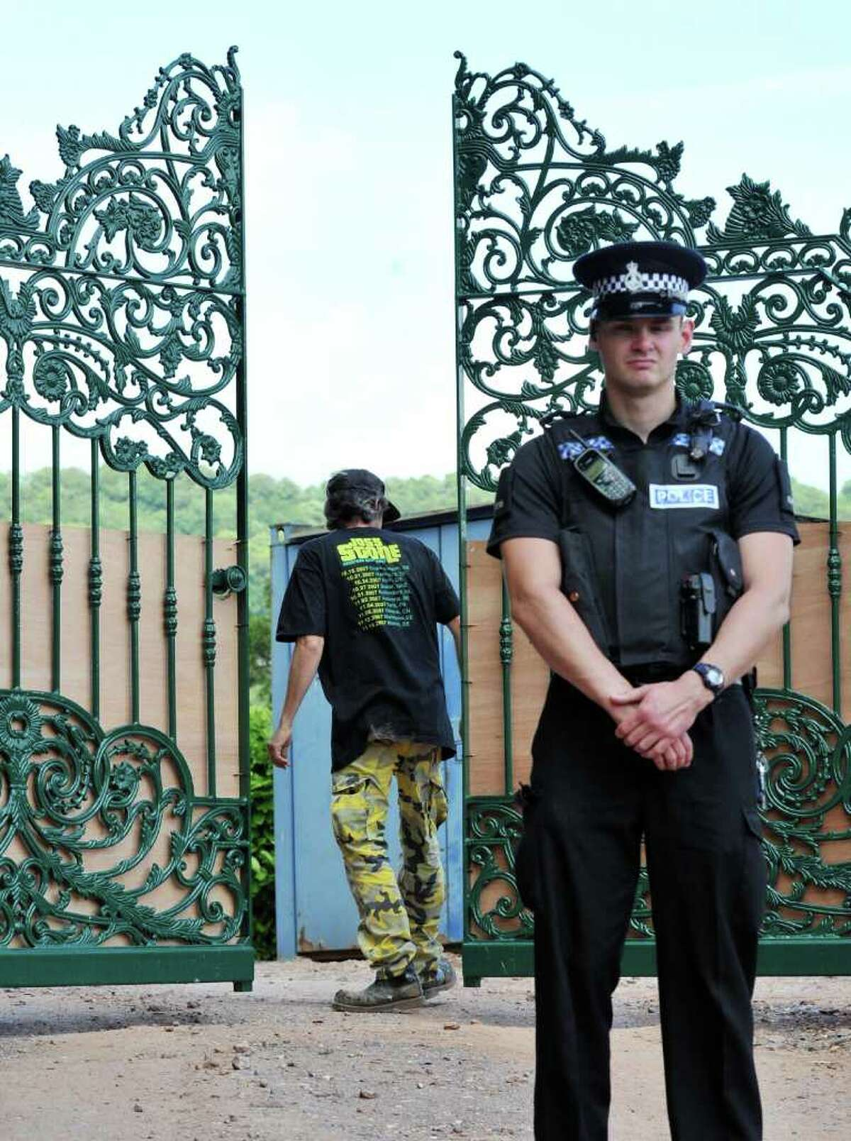 Police secure the entrance as a worker adjusts the gated entrance into singer Joss Stone's house near Cullompton, England, Wednesday June 15, 2011. British police have arrested two men Monday June 13, 2011, near to the house of Joss Stone in Cullompton, southwest England, on suspicion of conspiracy to rob and murder, after residents reported a suspicious-looking vehicle. Police would not say whether 24-year-old Stone was at home when the men were arrested. (AP Photo / Tim Ireland, PA) UNITED KINGDOM OUT - NO SALES - NO ARCHIVE
